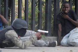 Cảnh sát và quân đội Haiti đấu súng ngay ngoài Phủ Tổng thống