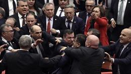 Ẩu đả giữa các nghị sĩ Quốc hội Thổ Nhĩ Kỳ