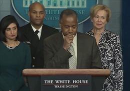 Một bộ trưởng Mỹ gây sốc khi ho vào tay, sờ lên mặt và bục phát biểu