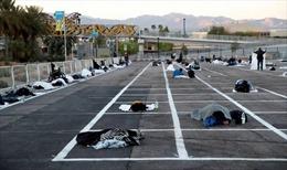 Cách ly thời COVID, người vô gia cư Mỹ nằm trên nền đất bãi đỗ xe
