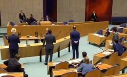 Bộ trưởng Y tế Hà Lan ngất khi đang phát biểu trước quốc hội về COVID-19