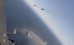 F-16 ghi lại cảnh nhóm chiến đấu cơ Nga bay qua đầu chiến hạm Mỹ