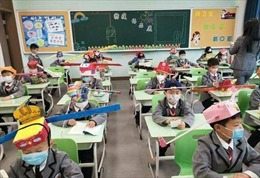 Độc đáo 'mũ giãn cách xã hội' của học sinh Trung Quốc