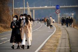 Sau nới lỏng phong tỏa, Hàn Quốc có ca mắc COVID-19 tiếp xúc với 1.500 người