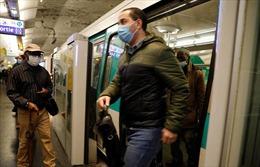 Tàu điện ngầm Pháp chen chúc người trong dịch COVID-19