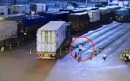 Xe tải đang chạy bị nổ lốp, hất văng người đi đường