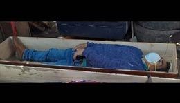 Thị trưởng Peru đeo khẩu trang nằm trong quan tài giả chết khi cảnh sát bắt