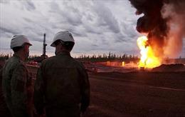 Xem quân đội Nga giúp dập lửa giếng dầu bằng súng chống tăng