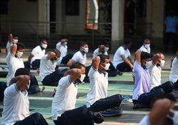 Cảnh sát Bangladesh luyện yoga tập thể giảm căng thẳng do COVID-19