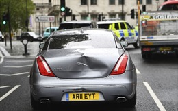Xe chở Thủ tướng Anh va chạm móp phần đuôi
