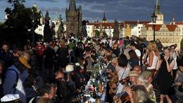 Người Séc hân hoan mừng hết cách ly COVID-19 bằng bàn ăn gần 500m