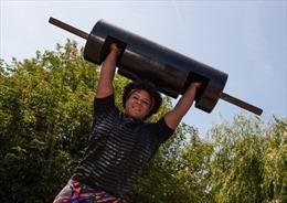 Cô gái Anh lập kỷ lục thế giới nâng tạ 135kg
