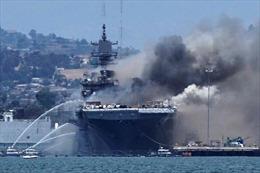 Cận cảnh vụ cháy tàu chiến Mỹ đang neo đậu tại căn cứ hải quân