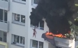Video nhóm người dùng tay đỡ em nhỏ rơi từ tầng 3 tòa nhà bốc cháy