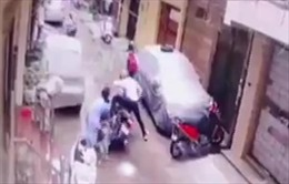 Video bà mẹ giằng con gái từ tay những kẻ bắt cóc
