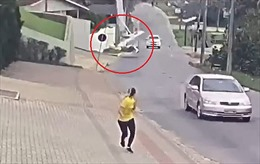 Máy bay bất ngờ lao xuống đường đông xe cộ, vỡ tan tành