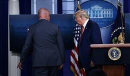 Video mật vụ đột ngột hộ tống Tổng thống Trump rời phòng họp báo