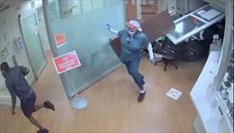 Video bà cụ 75 tuổi mất lái, lao ô tô vào phòng cấp cứu bệnh viện