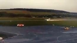 MiG-31 hạ cánh tóe lửa do hỏng bánh