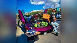 Dùng siêu xe Lamborghini bán dưa hấu trên lề đường