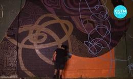 Vẽ tranh tường cổ động tinh thần mùa dịch