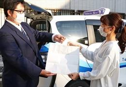 Taxi Nhật Bản giao thức ăn trong đại dịch