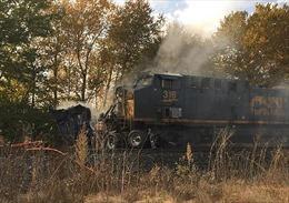 Tàu hỏa đâm 'vỡ đôi' xe bán tải