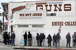 Lo ngại xu hướng doanh số bán súng tại Mỹ tăng vọt