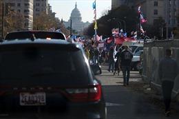 Tổng thống Trump ngồi xe vẫy chào người tuần hành ủng hộ