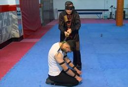 Video võ sĩ Iran tự tin vung kiếm khi bịt mắt