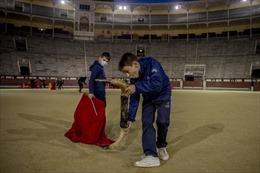Hình ảnh đẹp mắt về học viên đấu bò tót trẻ tuổi Tây Ban Nha