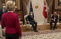 Nữ Chủ tịch EC bối rối trong cuộc họp với những người đồng cấp nam