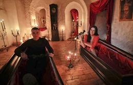 Tiêm miễn phí vaccine COVID-19 tại 'Lâu đài ma cà rồng Dracula'