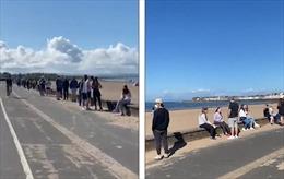 Người dân Scotland kiên nhẫn xếp hàng dài hàng km dưới nắng để được tiêm vaccine COVID-19