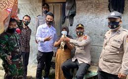 Giới chức Indonesia tặng gà sống cho người tiêm vaccine COVID-19