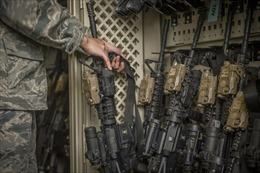 AP: Vũ khí quân dụng Mỹ 'biến mất' khỏi kho, xuất hiện trong các vụ bạo động đường phố