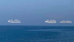 Ba tàu du lịch nối đuôi nhau 'bay' ở ngoài khơi CH Síp