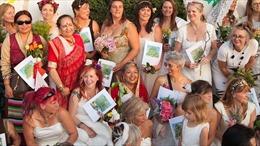 Hàng chục phụ nữ Anh làm 'đám cưới tập thể' với cây