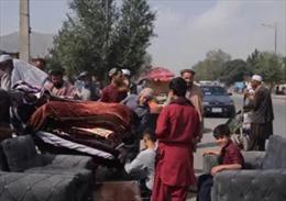 Khan hiếm tiền mặt khiến người dân Afghanistan phải rao bán tài sản