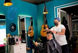 Khách xếp hàng 'dài cổ', thợ cắt tóc làm mỏi tay sau giãn cách