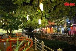 Tuyến đường ven hồ Trúc Bạch 'lột xác' với 200 chiếc đèn lồng và tranh bích hoạ phố cổ Hà Nội