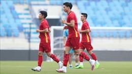 Tuyển Việt Nam tập luyện trên sân Al Maktoum trước trận đấu với Malaysia