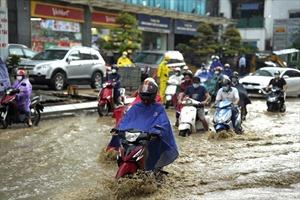 Phố Vũ Trọng Phụng ngập sau cơn mưa lớn, di chuyển khó khăn