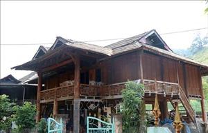 Nhà sàn lợp bằng đá của người Thái trắng ở Mường Lay