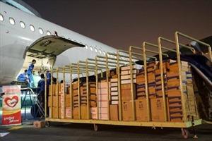 Vietjet vận chuyển miễn phí hàng hoá cứu trợ, tặng vé cho cán bộ đến vùng lũ