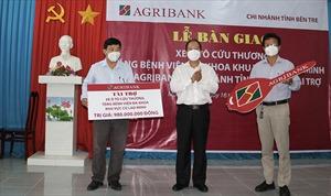Agribank Bến Tre tặng xe cứu thương trị giá 980 triệu đồng cho Bệnh viện Đa khoa Khu vực Cù Lao Minh