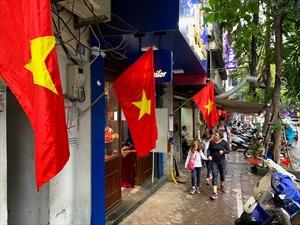 Đỏ thắm sắc cờ trong ngày Tết Nguyên đán