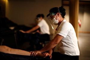 Giãn cách nới lỏng, người dân Thái Lan đổ xô đi xem phim, massage