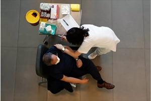 Dù tỷ lệ tiêm chủng cao, Israel vẫn thận trọng không để mắc sai lầm cũ