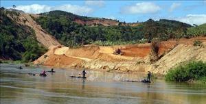 Theo chân lực lượng kiểm lâm ngăn chặn vận chuyển gỗ lậu trên sông Đăk Bla
